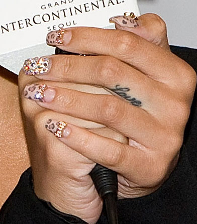 Rihannas real money manicure ft nail tite tv laura love beauty her edgy and expressive nail designs are the beauty buzz everywhere prinsesfo Gallery